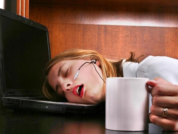 девушка прикольно спит